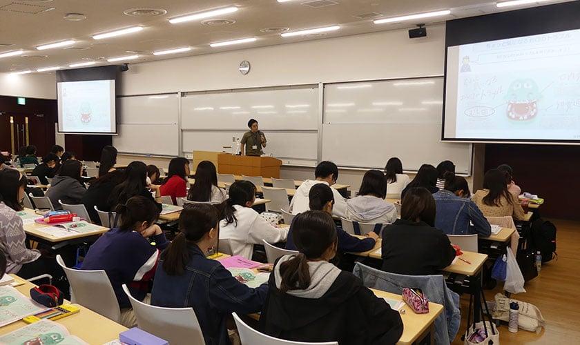 千葉経済大学短期大学部 こども学科「健康科学概論」講義風景