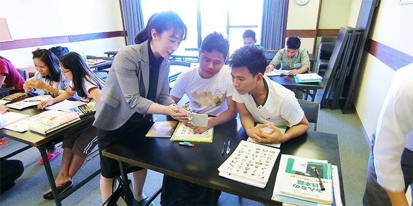 実習生たちが日本語の自習を行っていた部屋に日本人スタッフが押しかけて歓談。