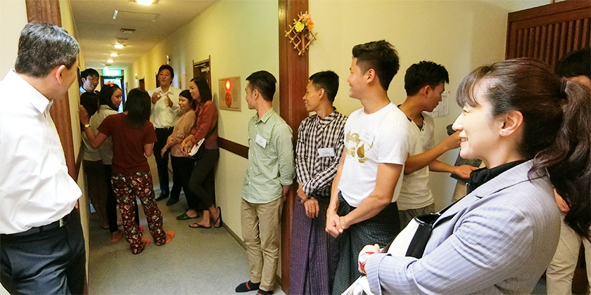合宿所を案内してくれる実習生たち。日本語での日常会話は少しゆっくり話しかければ問題はなかった。