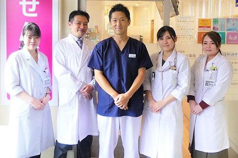 せんかわ耳鼻咽喉科 院長 野本剛輝先生(中央)とアイセイ薬局 千川店のスタッフ