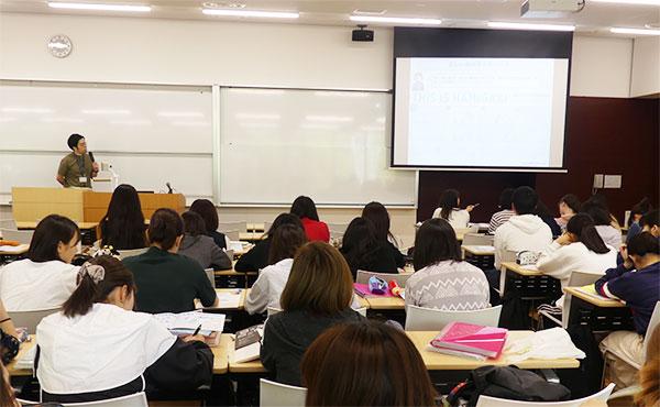 千葉経済大学短期大学部 こども学科の講義「健康科学概論」の様子