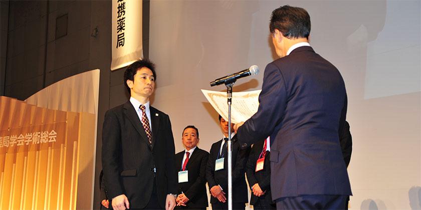 特別功労賞の表彰を受ける当社薬剤師 風間 卓巌(かざま たかね)